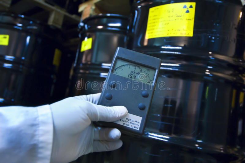 Uomo che controlla radiazione con la macchina di geiger fotografia stock