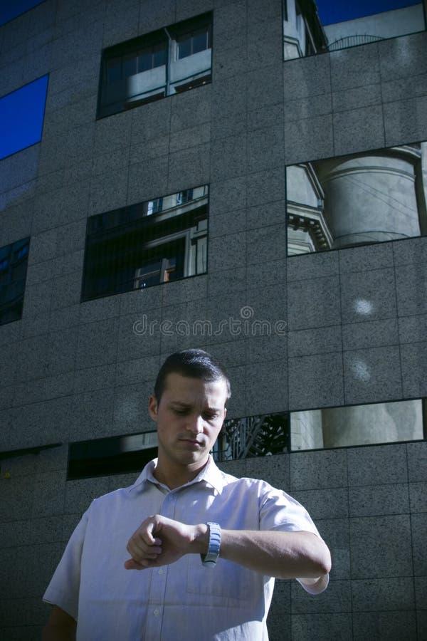 Uomo che controlla vigilanza fotografia stock
