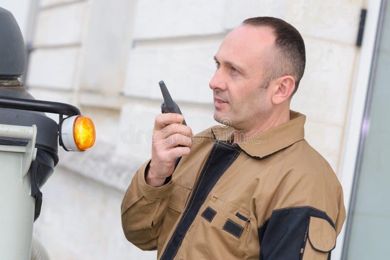 Uomo che convince walkie-talkie immagini stock
