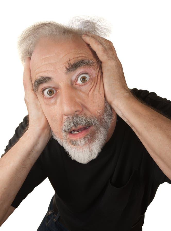 Uomo che copre le sue orecchie immagine stock