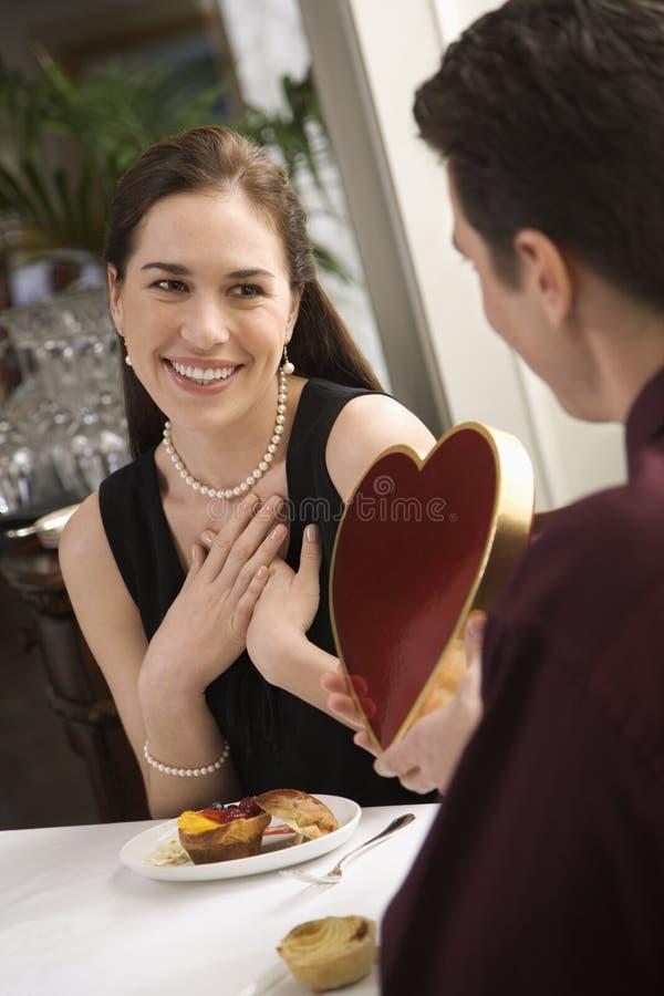 Uomo che dà il biglietto di S. Valentino della donna. immagini stock