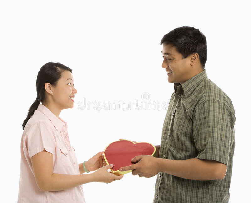 Uomo che dà il presente della donna. immagine stock