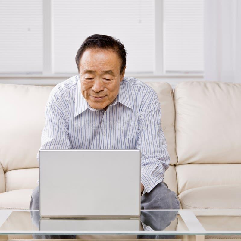 Uomo che digita sul computer portatile