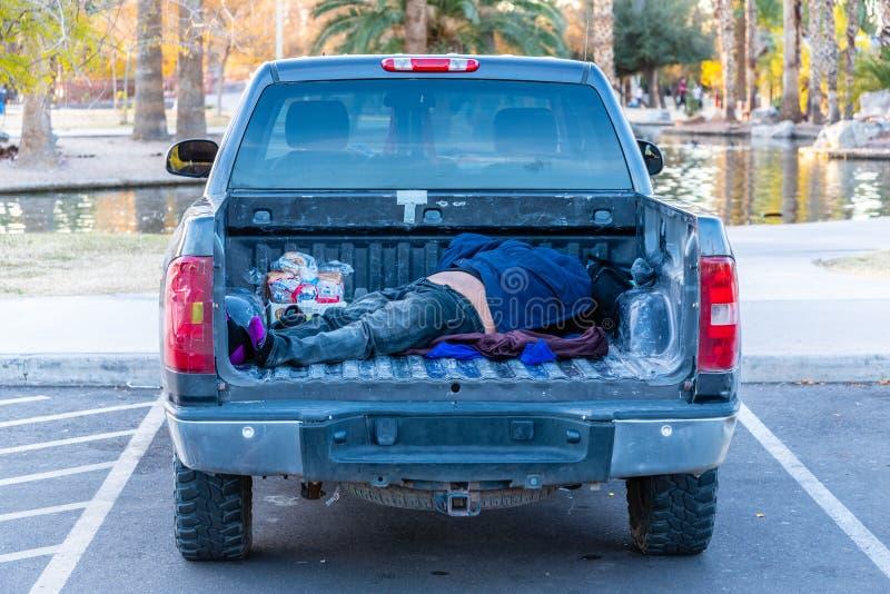 Uomo che dorme in camion fotografia stock