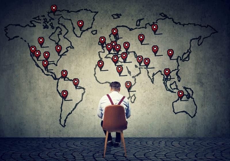 Uomo che elabora business plan internazionale immagini stock