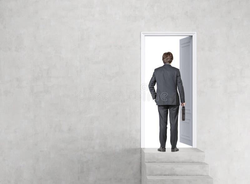 Uomo che entra in una porta immagini stock libere da diritti