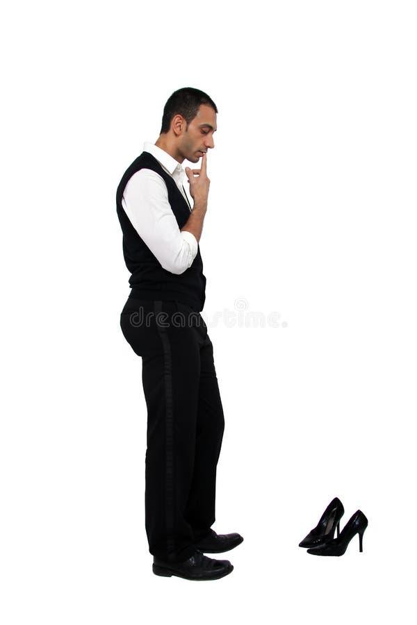 Uomo che esamina il pattino delle signore fotografia stock libera da diritti