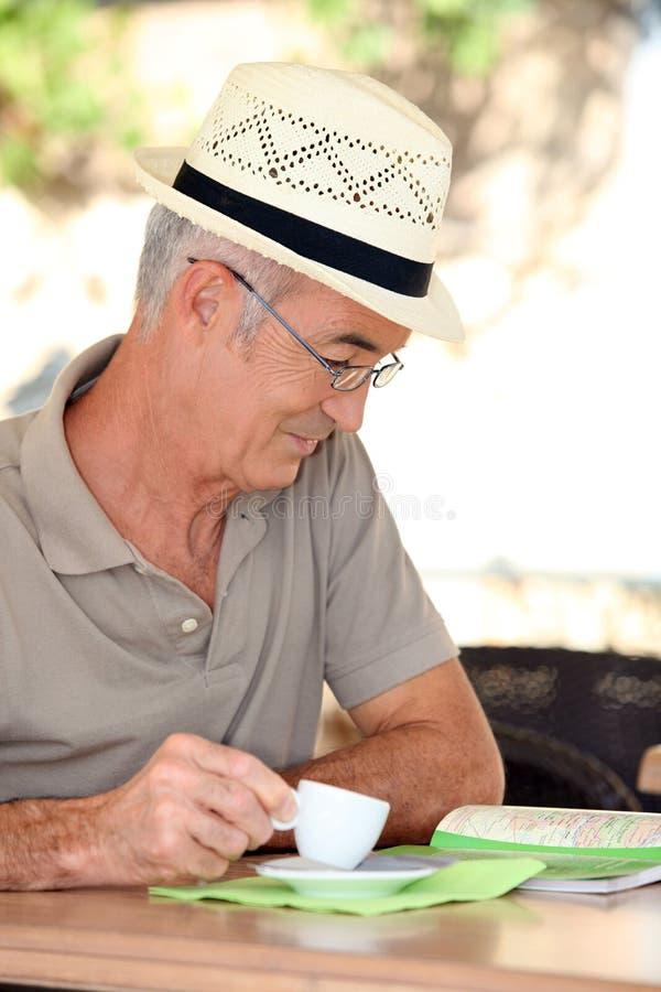 Uomo che esamina una mappa fotografia stock libera da diritti