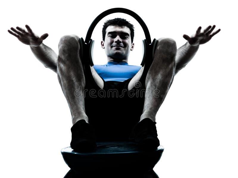 Uomo che esercita posizione di forma fisica di allenamento dell'anello immagine stock