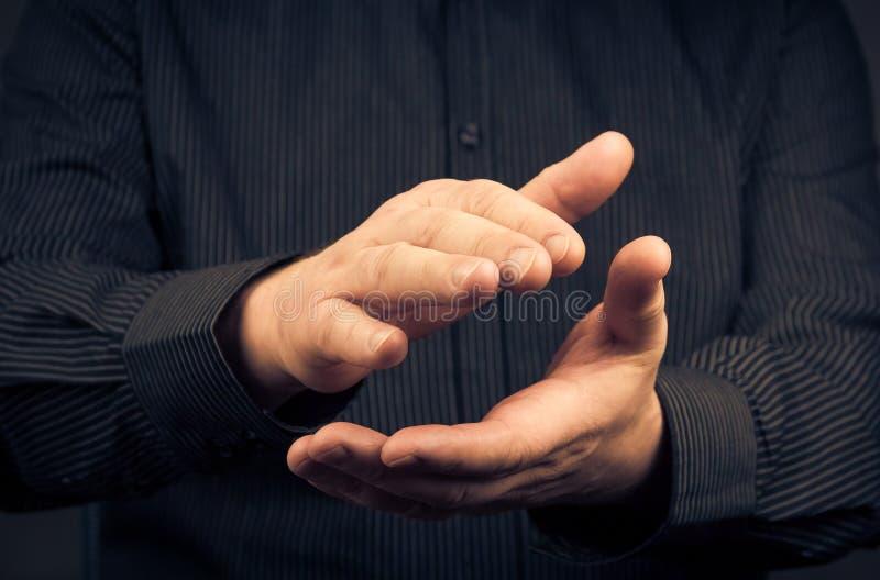 Uomo che esprime le loro mani d'applauso di apprezzamento immagini stock libere da diritti