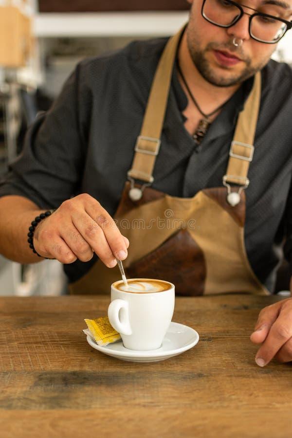 Uomo che fa e che prende caffè dalla macchina di caffè espresso fotografie stock libere da diritti