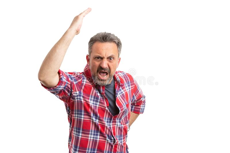 Uomo che fa gesto ed urlo arrabbiati fotografie stock libere da diritti