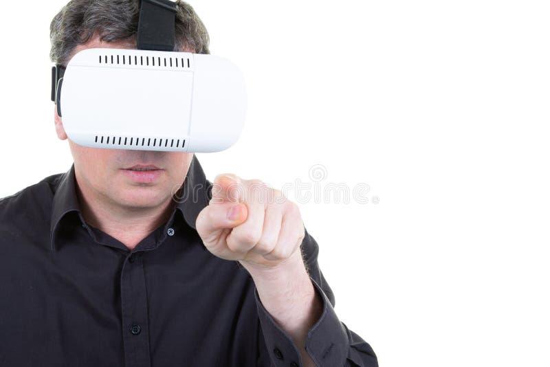 Uomo che fa i gesti che indossano gli occhiali di protezione di realtà virtuale fotografie stock