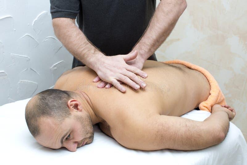 Uomo che fa massaggio fotografie stock libere da diritti