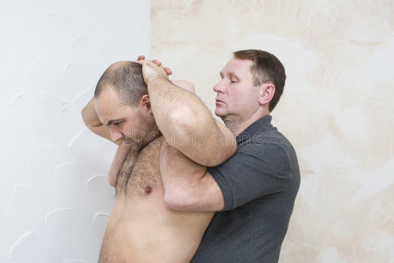 Uomo che fa massaggio immagini stock libere da diritti