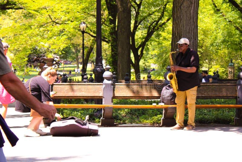 Uomo che fa musica in Central Park New York fotografie stock libere da diritti
