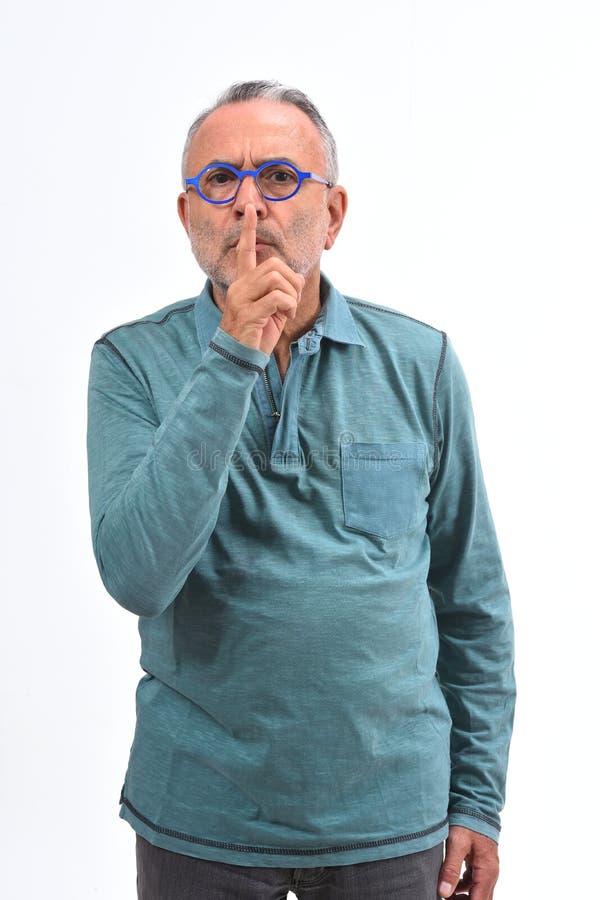 Uomo che fa nel silenzio silenzioso con le dita fotografie stock libere da diritti