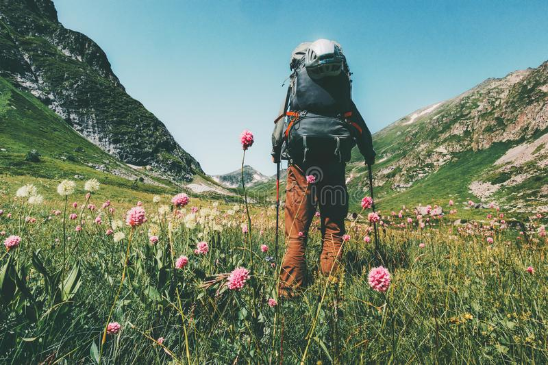 Uomo che fa un'escursione con lo zaino nell'avventura di concetto di stile di vita di viaggio delle montagne di estate fotografia stock libera da diritti