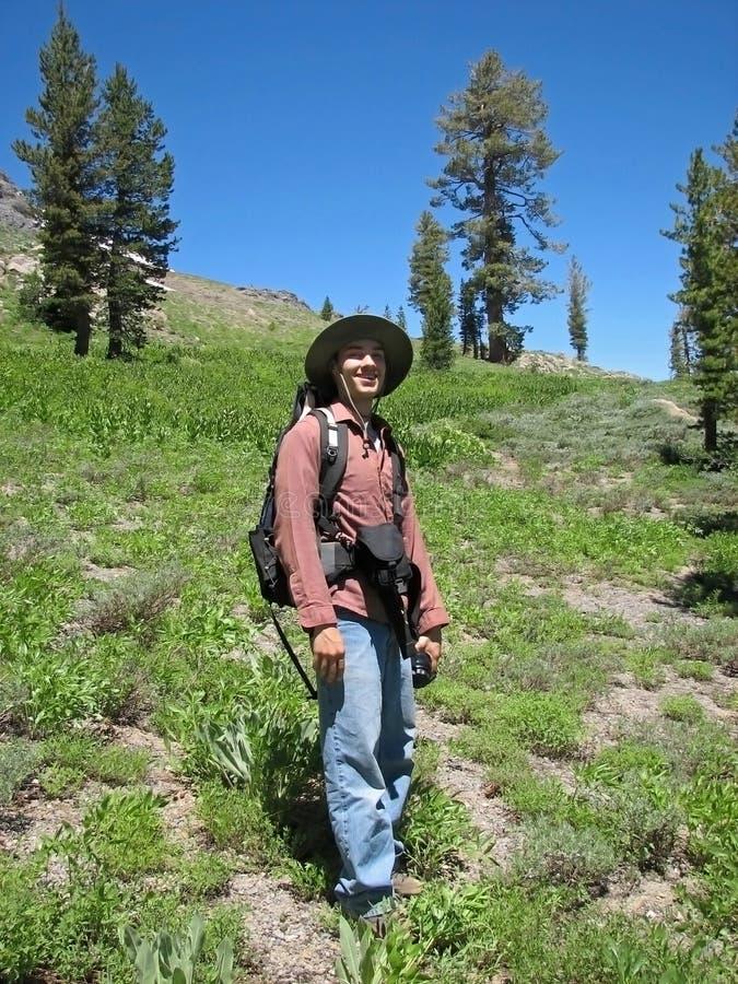 Uomo che fa un'escursione la sierra Nevadas immagine stock libera da diritti