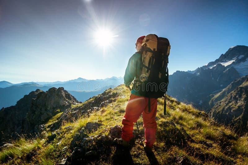 Uomo che fa un'escursione in montagne immagine stock