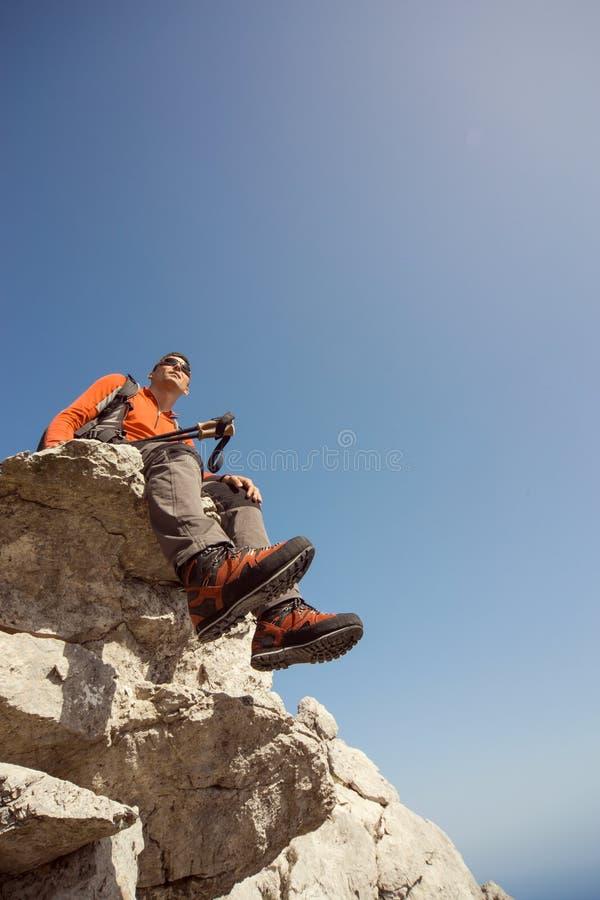 Uomo che fa un'escursione nelle montagne fotografie stock
