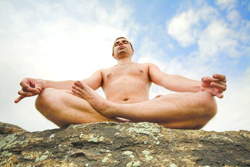 Uomo che fa yoga immagine stock