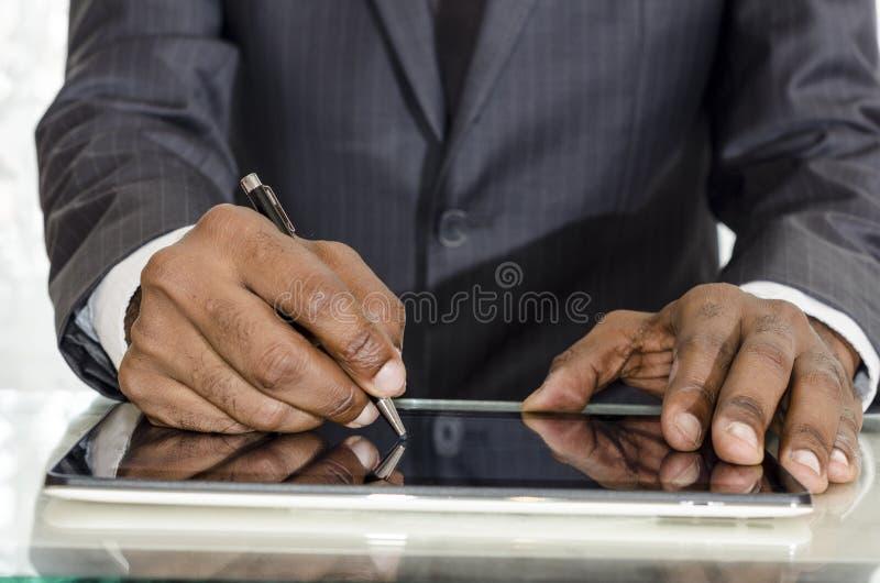 Uomo che firma II fotografia stock libera da diritti