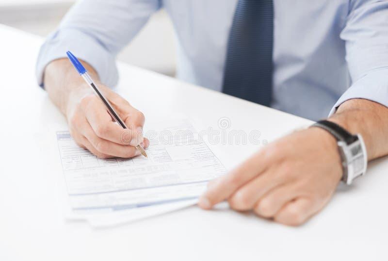 Uomo che firma un contratto fotografia stock