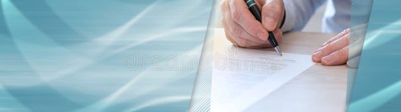 Uomo che firma un contratto, effetto della luce Bandiera panoramica fotografie stock
