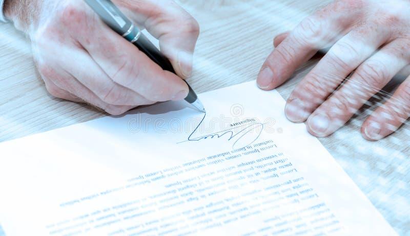 Uomo che firma un contratto; effetto della luce fotografie stock libere da diritti