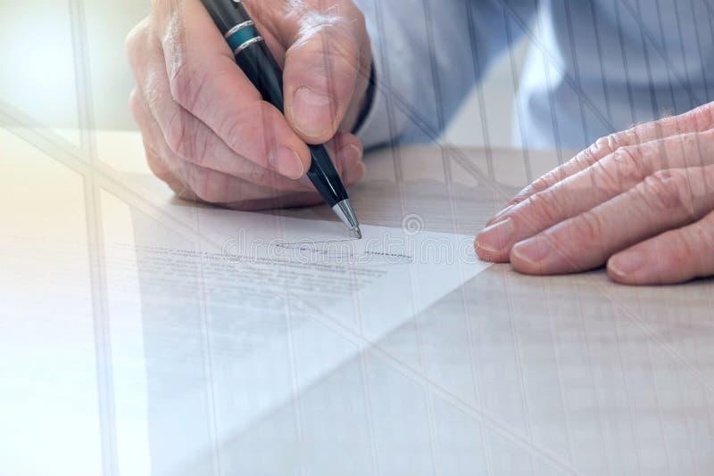 Uomo che firma un contratto, effetto della luce, doppia esposizione immagine stock libera da diritti