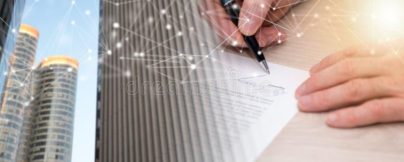 Uomo che firma un contratto; esposizione multipla immagini stock
