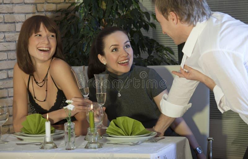 Uomo che flirta con due donne fotografia stock libera da diritti