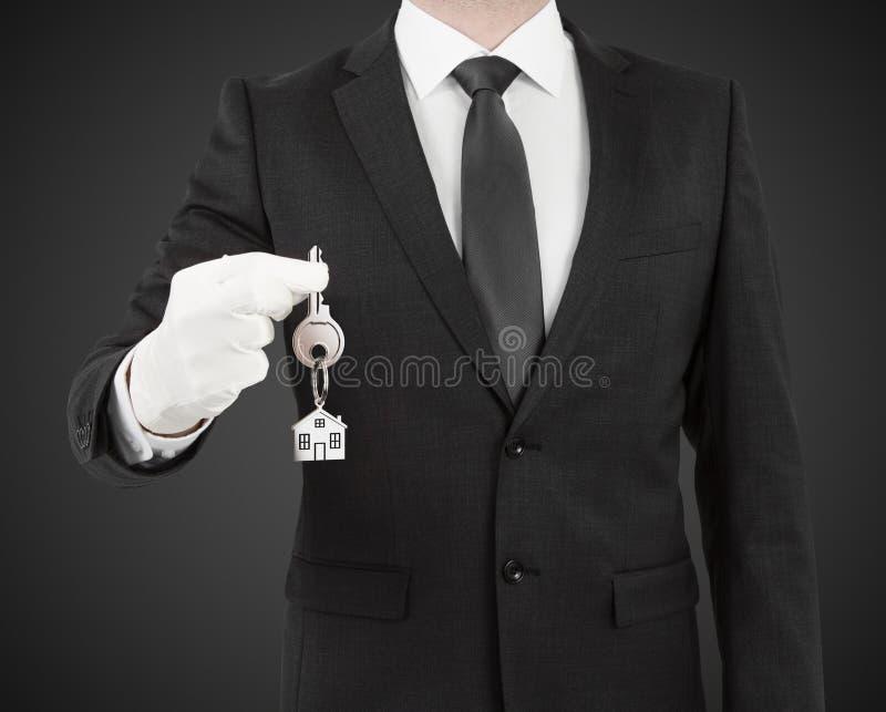 Uomo che fornisce una chiave immagini stock libere da diritti