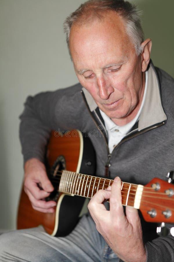 Uomo che gioca chitarra fotografia stock libera da diritti