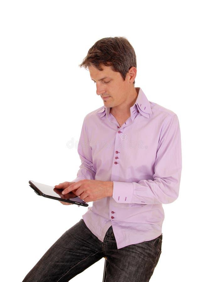Uomo che gioca con il pc della compressa immagini stock libere da diritti