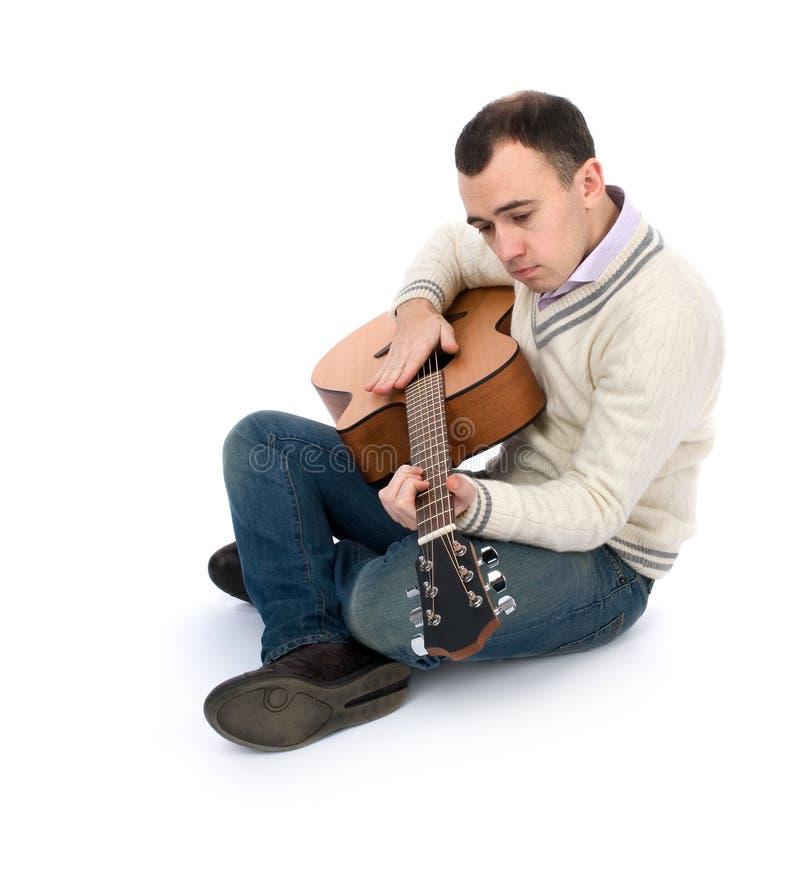 Uomo che gioca la sua chitarra immagini stock