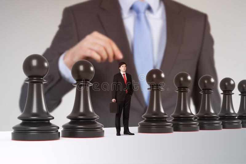 Uomo che gioca scacchi con le figure della gente immagine stock libera da diritti