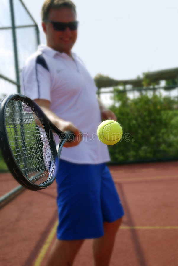 Uomo che gioca tennis immagini stock