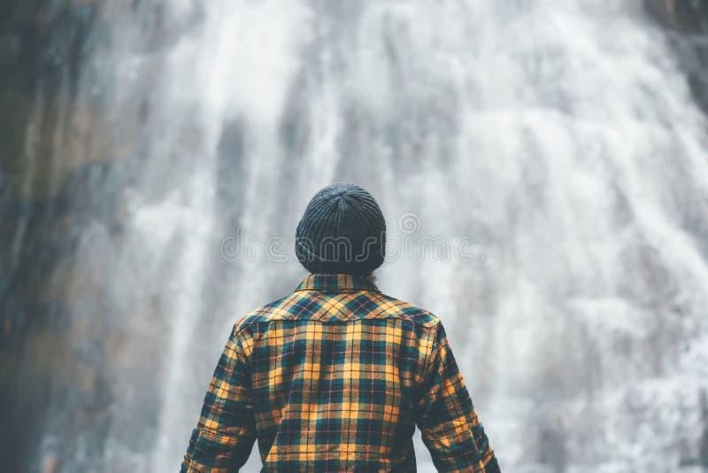 Uomo che gode dell'avventura di stile di vita di viaggio della cascata fotografie stock libere da diritti