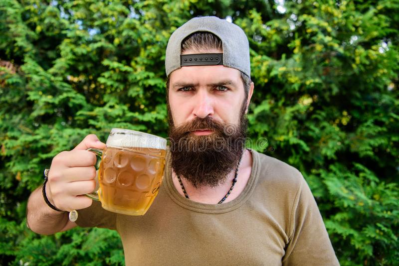Uomo che gode della birra di estate Concetto della barra e dell'alcool Giovane fabbricante di birra creativo La birra del mestier immagine stock libera da diritti