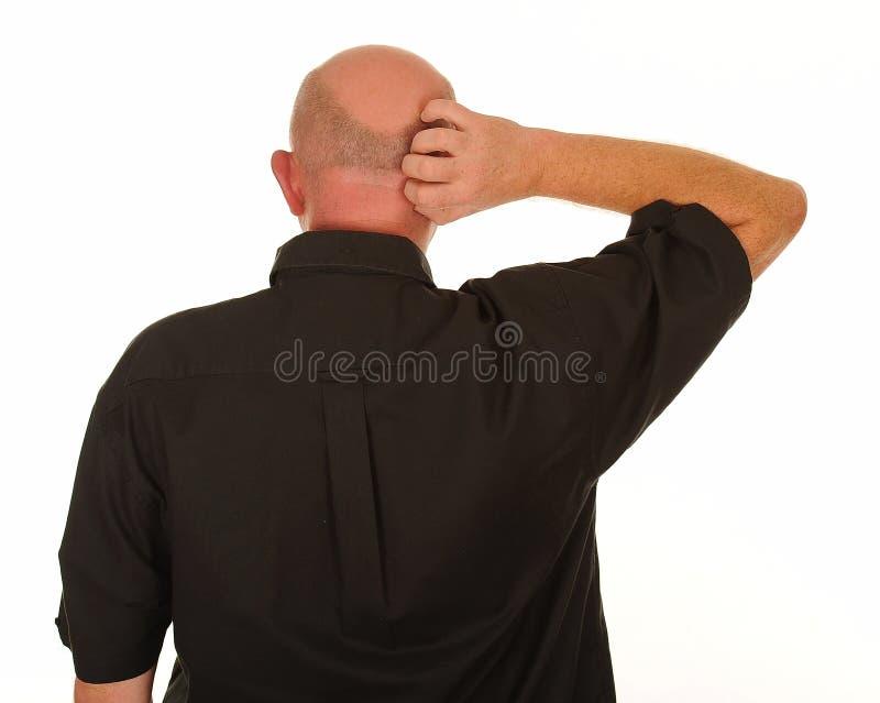 Uomo che graffia testa fotografia stock libera da diritti
