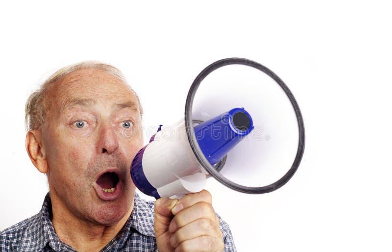 Uomo che grida tramite un altoparlante immagini stock libere da diritti
