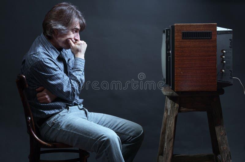 Uomo che guarda TV. immagine stock