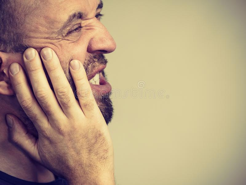 Uomo che ha dolore di dente fotografie stock