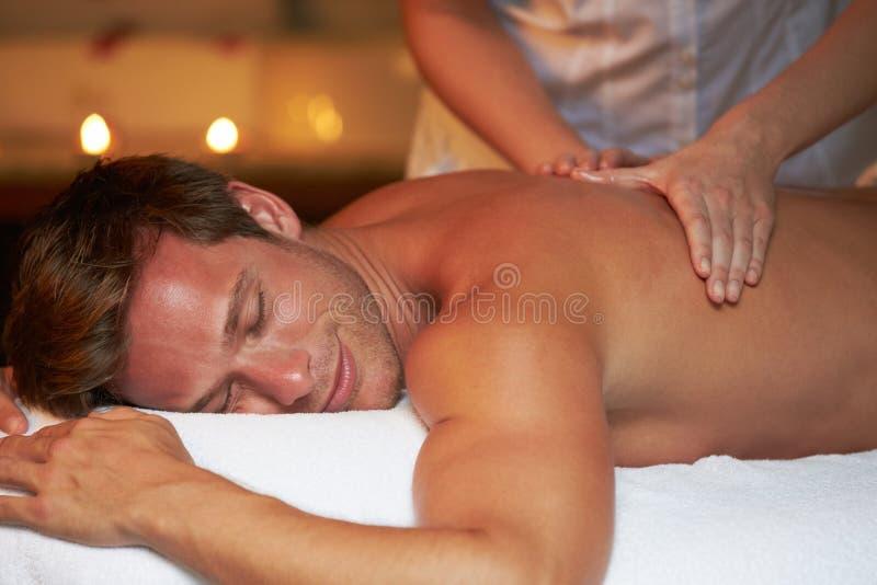 Uomo che ha massaggio in stazione termale fotografie stock libere da diritti