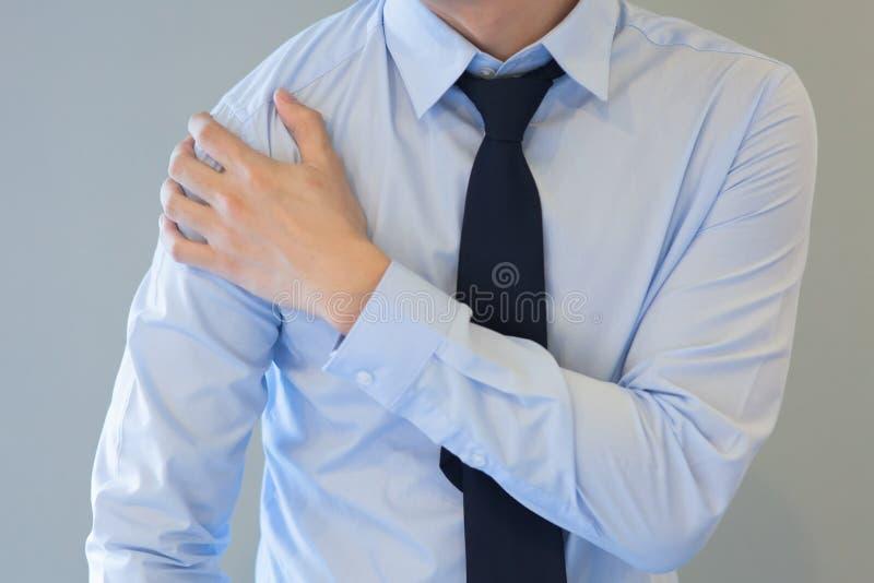 Uomo che ha problema di dolore della spalla immagine stock