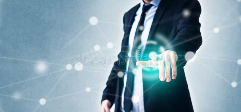 Uomo che indica dito sullo schermo virtuale con tecnologia nel concetto di affari e nella rete d'ardore immagini stock libere da diritti
