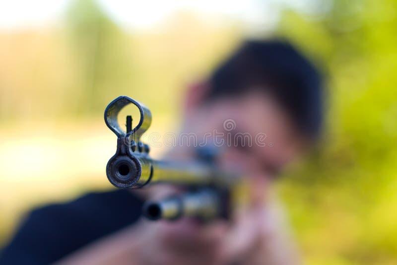 Uomo che indica pistola o fucile fotografia stock