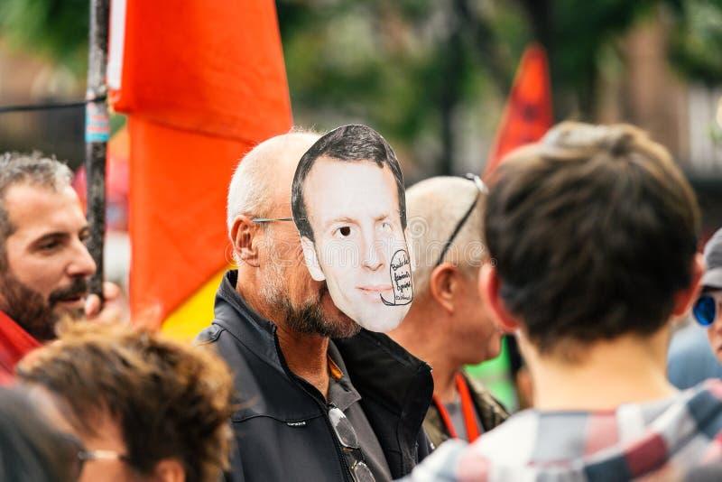 Uomo che indossa la maschera del macron di Emmanuel alla protesta fotografia stock libera da diritti